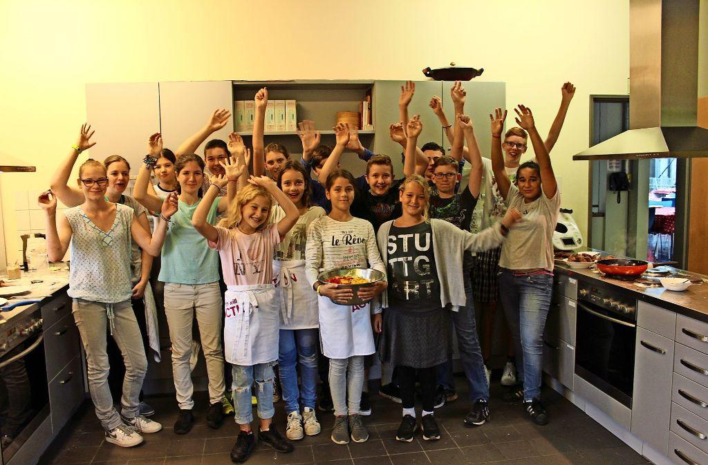 Das Koch-Camp im Jugendhaus Freiberg macht gemeinsam Burger. Wenn alles fertig ist, wird zusammen gegessen. Foto: Nele Günther