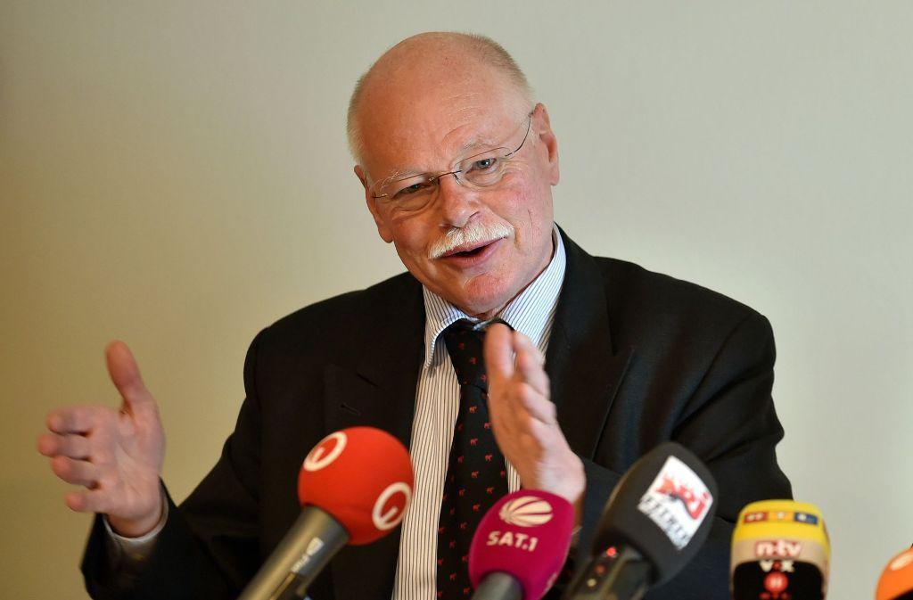 Bremens Innensenator Ulrich Mäurer fordert für Polizeieinsätze bei Risikospielen der Bundesliga eine Beteiligung der Profi-Vereine an den Kosten. Foto: dpa