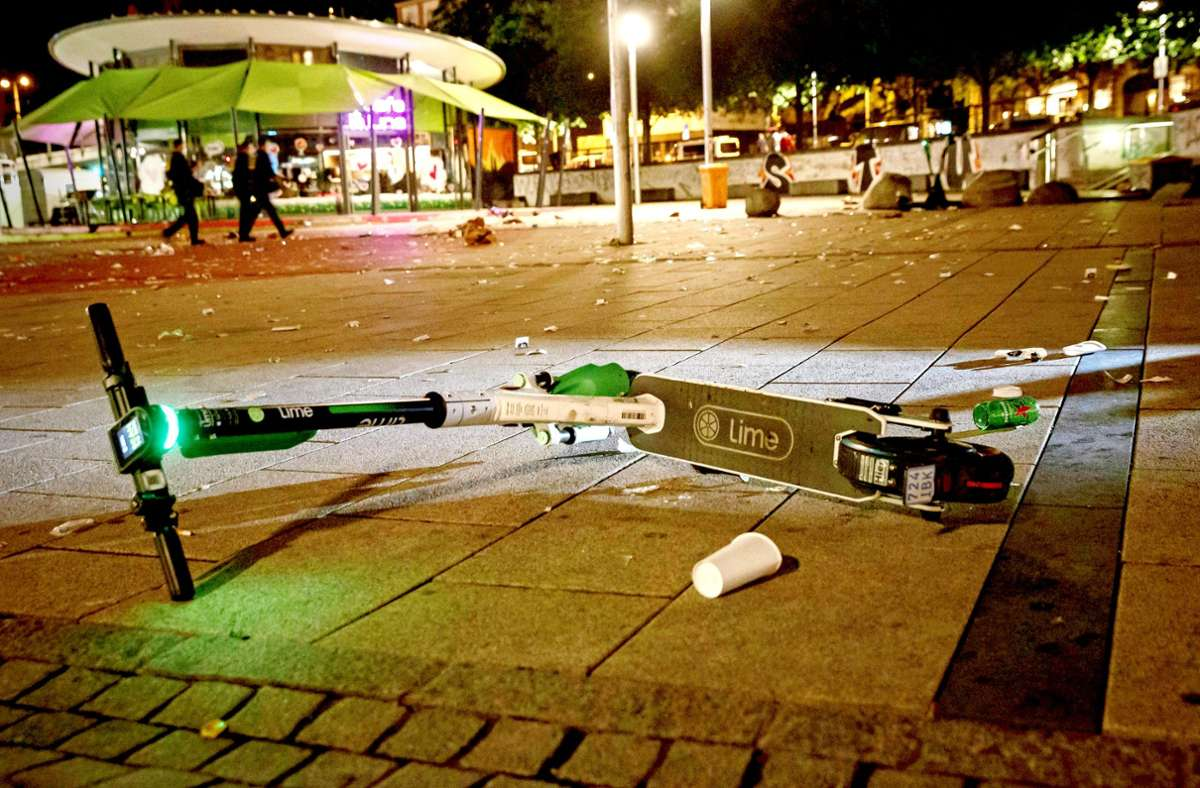 Ein E-Scooter liegt umgeschmissen auf dem Marienplatz Foto: Lichtgut/Julian Rettig