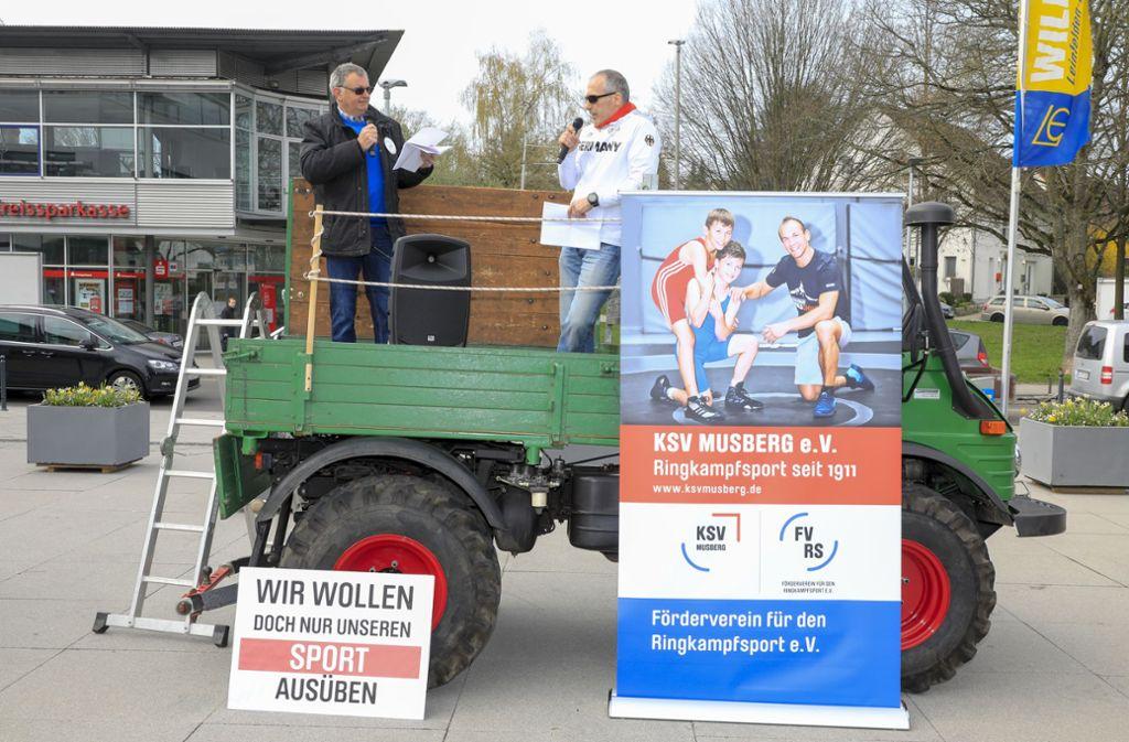 Anfang April haben die Musberger Ringer auf dem Neuen Markt in Leinfelden dagegen demonstriert, dass sie aus dem Ringerraum verbannt werden. Foto: Archiv Thomas Krämer