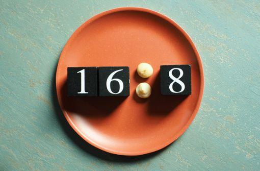 Erfolgreich abnehmen mit der 16:8 Diät. Erfahren Sie alles Wichtige über das Intervallfasten 16 zu 8 im Artikel.