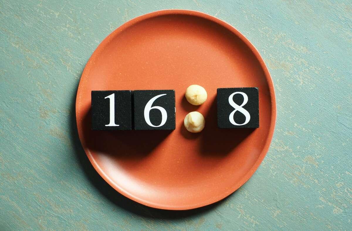 Erfolgreich abnehmen mit der 16:8 Diät. Erfahren Sie alles Wichtige über das Intervallfasten 16 zu 8 im Artikel. Foto: Boontoom Sae-Kor / Shutterstock.com