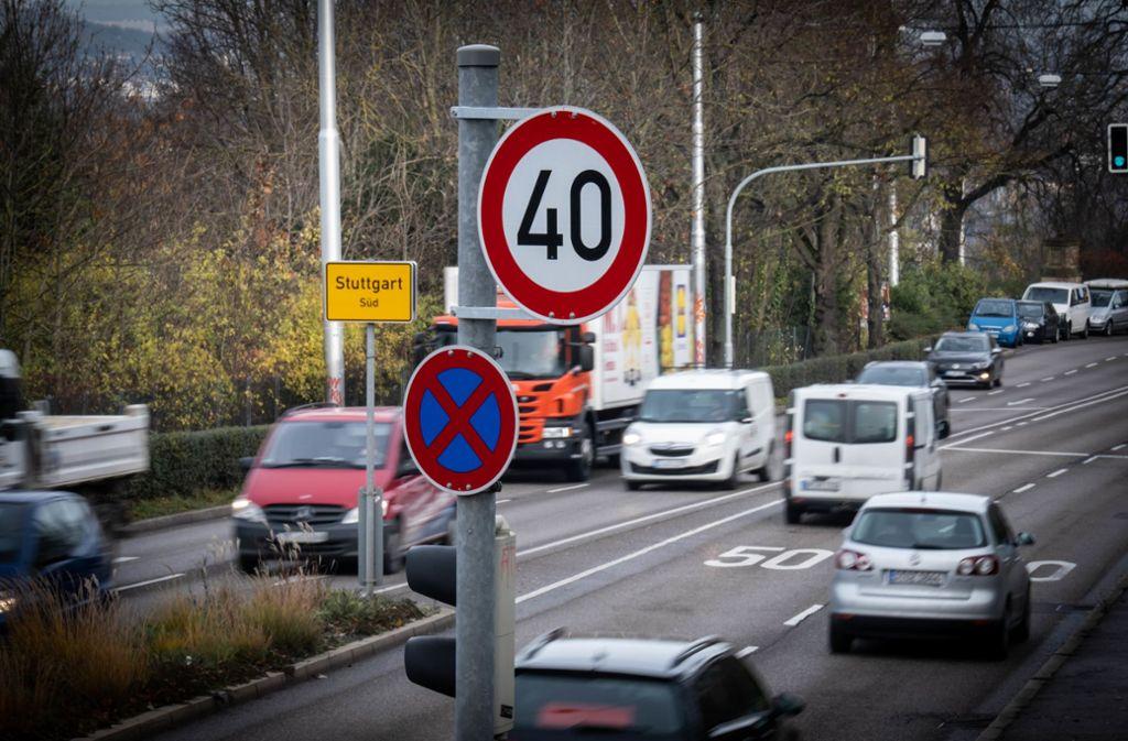 Bis Ende Mai will die Stadt an 400 Standorten an sogenannten Vorbehaltsstraßen die entsprechenden Schilder aufstellen - rund 650 Stück insgesamt. Foto: Lichtgut/Achim Zweygarth