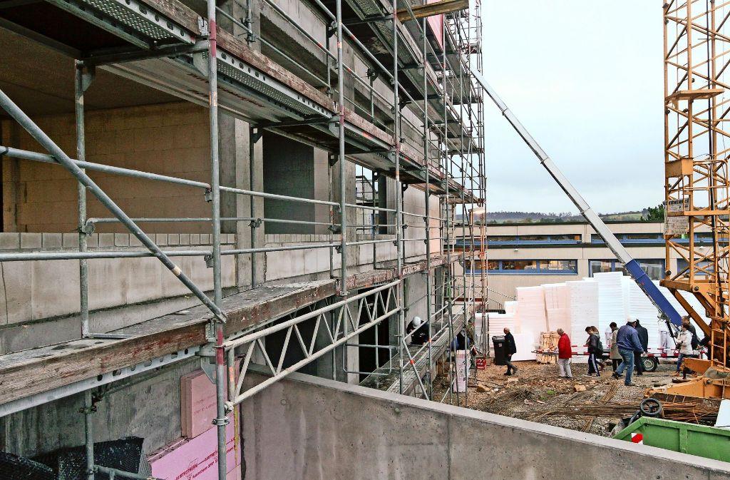 Ein mächtiger Bau ist mittlerweile neben der Ferdinand-Porsche-Schule emporgewachsen. Foto: factum/Bach