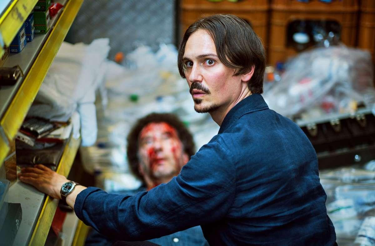 Anton (Christopher Schärf) prüft, ob der Kassierer des Spätkaufs noch lebt. Foto: SWR/Benoit Linder