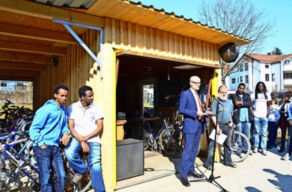 Der Leiter des Sozialsamts, Stefan Spatz (mit Brille), freut sich mit Thomas Plagemann (Mitte mit Bart)  über die neue Fahrradselbsthilfewerkstatt . Foto: Wazulin