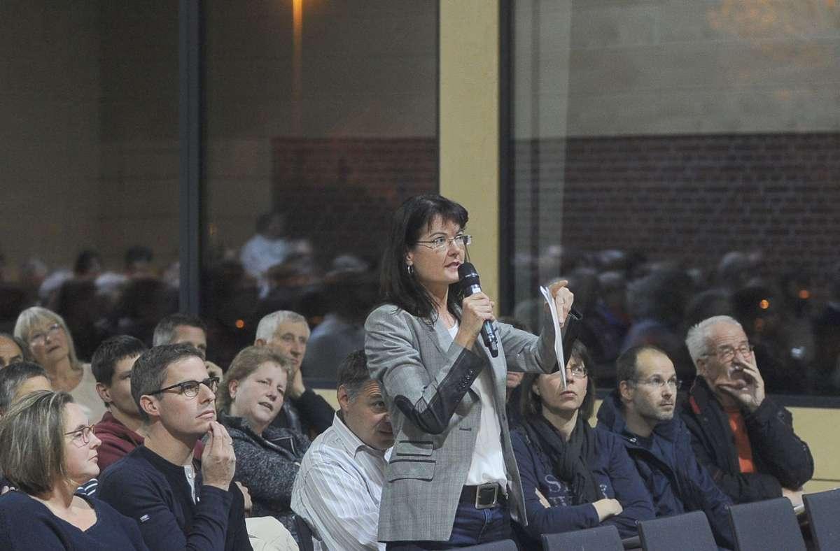 Die Steinbruch-Erweiterung beschäftigt die Anwohner in Marbach-Rielingshausen seit langem (hier Carmen Kiesele auf einer Versammlung). Nun bereitet der Verband Region Stuttgart eine erste Entscheidung vor. Foto: Werner Kuhnle