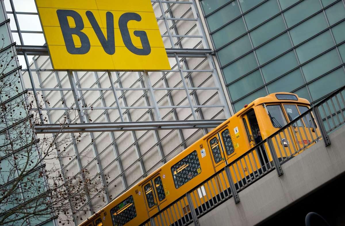 """Wer in Berlin Bus oder Bahn benutzt, kann nun mit einem """"Kultur-Ticket"""" die darbende Szene unterstützen. Das Extra-Euro-Angebot soll vorerst bis zum 18. Juli gelten. Foto: dpa/Daniel Naupold"""