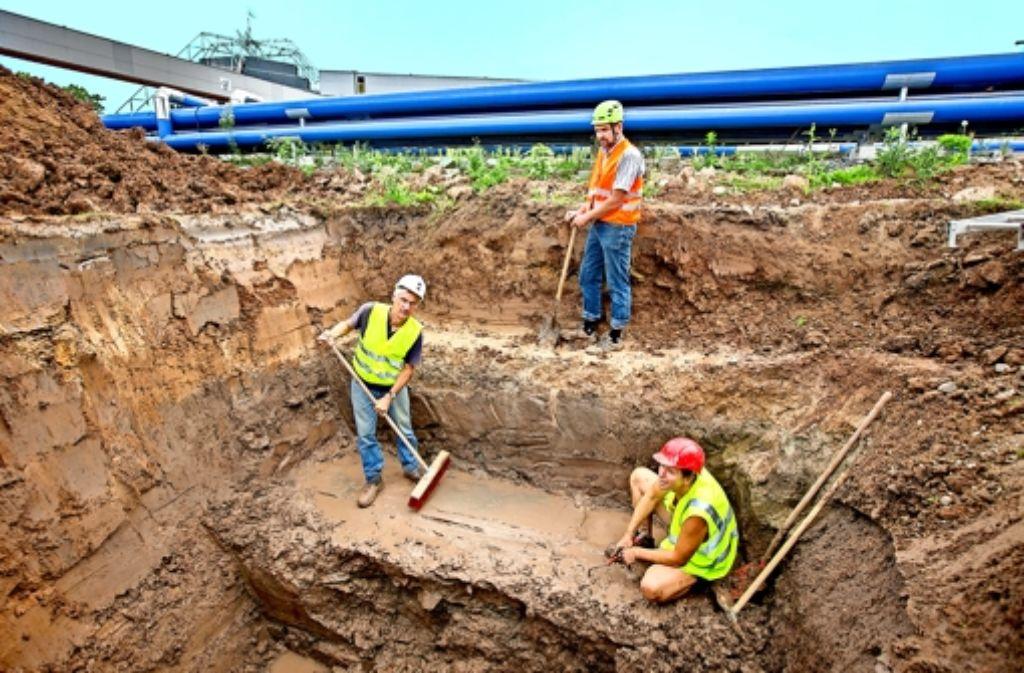 Am Montag dieser Woche  wurden die Steinplatten bei einer Grabung in 2,5 Metern Tiefe entdeckt. Auf einer Platte ist ein Steinmetzzeichen   zu sehen. Foto: Michael Steinert