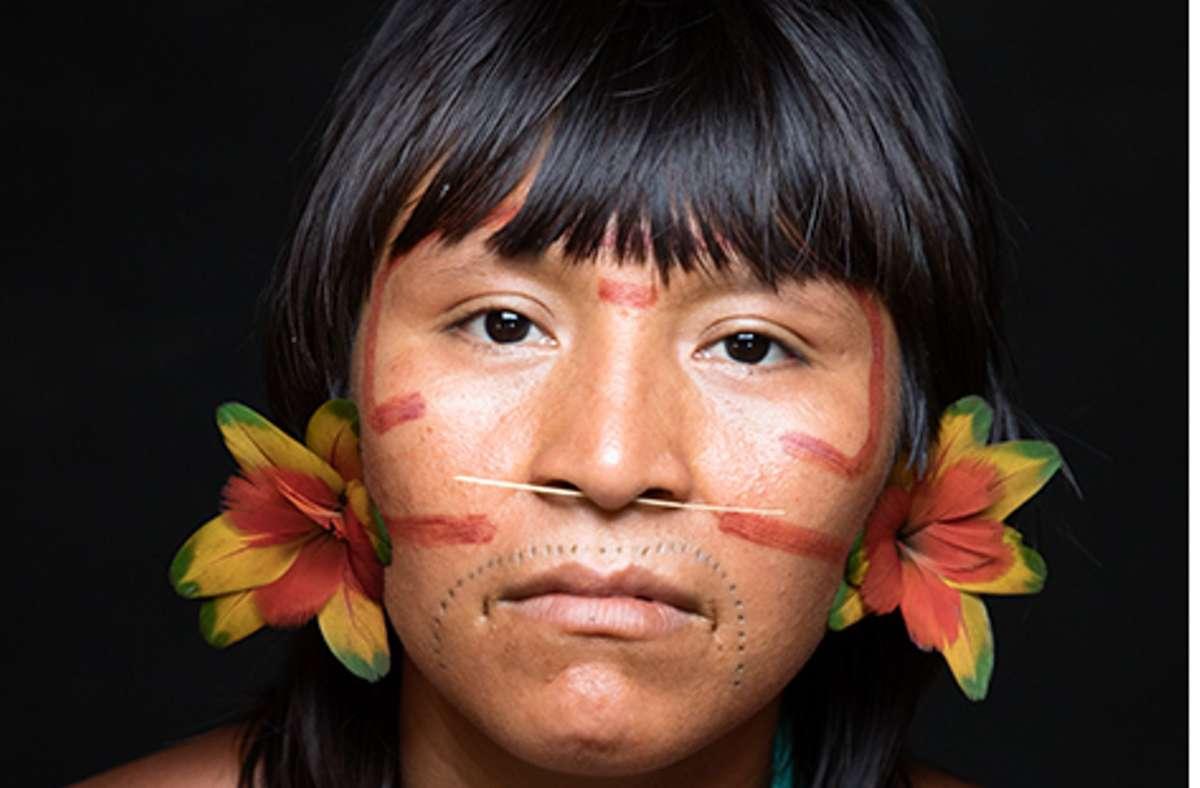 """Eine Frau der Yanomami,  eines der letzten Indianervölker im Amazonaswald, porträtiert im Bildband """"Woman"""" von dem Fotografen und Filmemacher Yann Arthus-Bertrand sowie der   Regisseurin und Journalistin Anastasia Mikovaim. Foto: © Yann Arthus-Bertrand"""