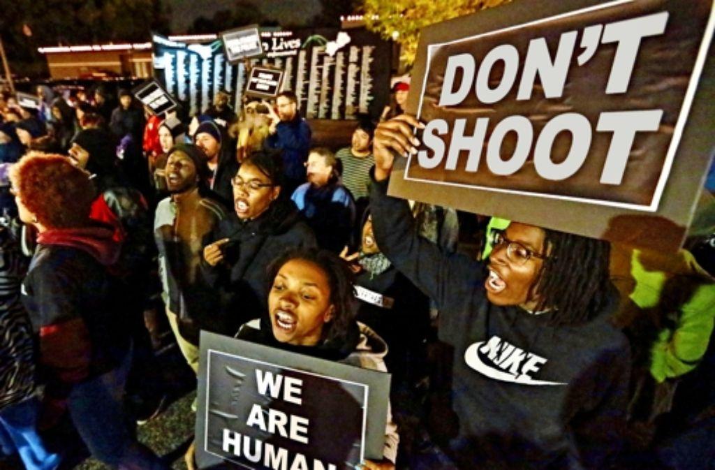 Bürger  demonstrieren gegen die Polizeigewalt, die sich  oft gegen Schwarze richtet. Foto: dpa