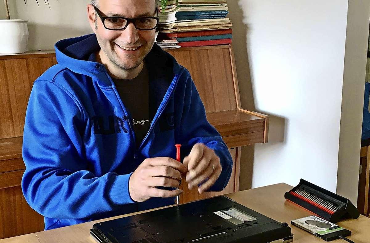 Andreas Allgayer brachte für Schüler in Mühlhausen und Hofen alte Laptops auf Vordermann  – fürs Homeschooling. Foto: Sarah Allgayer