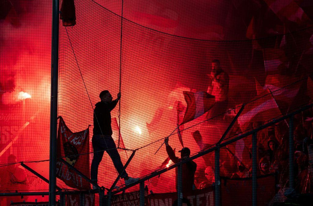 Der Einsatz von Pyrotechnik sorgt bei Fußballspielen immer wieder für Aufregung. Foto: dpa
