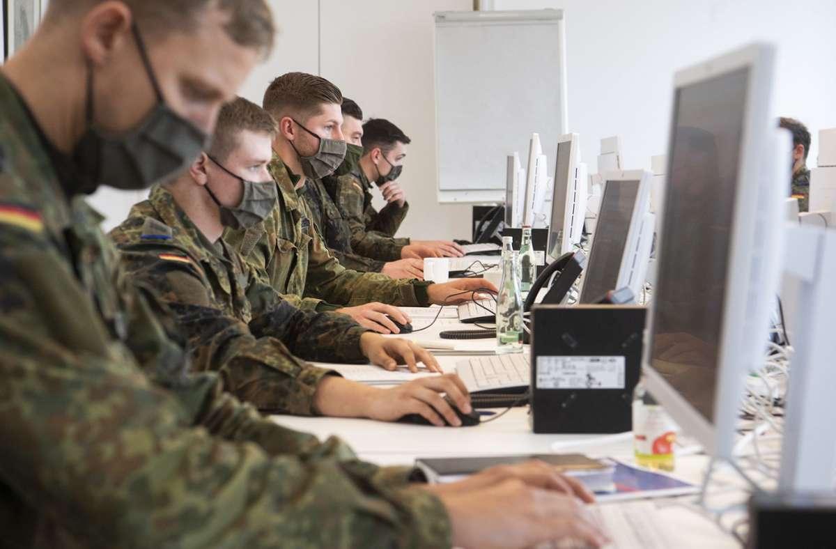 Die meisten Soldaten helfen bei der Kontaktverfolgung in Stuttgart aus. Foto: dpa/Julian Stratenschulte