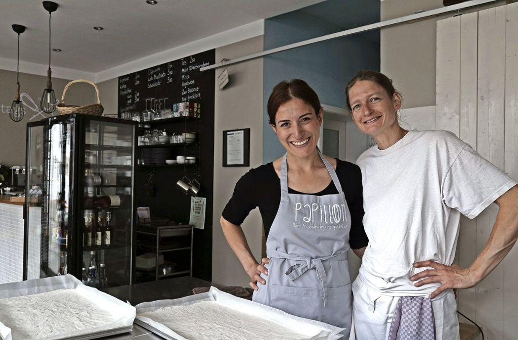Manufakturchefin Sibel Özdemir (links) und Konditorin Elisabeth Bachner haben Spaß an ihrer Arbeit. Foto: Marta Popowska