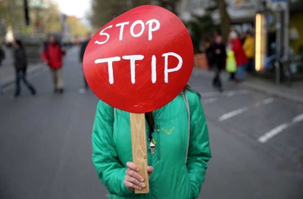 Im Zusammenhang mit dem transatlantischen Freihandelsabkommen TTIP sind vor allem kritische Stimmen laut. Verbraucherschutzminister Hauk hingegen äußerte sich positiv – und erntet dafür Kritik. Foto: dpa