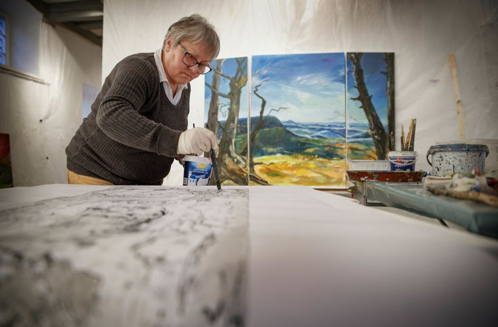 Ursula Schäfer  arbeitet  an ihrem Triptychon – einem Landschaftsbild der Schwäbischen Alb. Foto: Stoppel