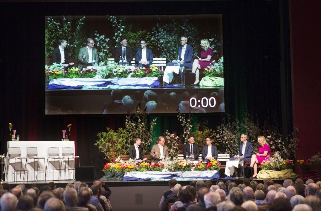 Atmosphärisch erwies sich das Podium als recht harmonische Veranstaltung. Dazu beigetragen haben mochte die Deko mit vielen Topfblumen und Grünpflanzen. Foto: Horst Rudel