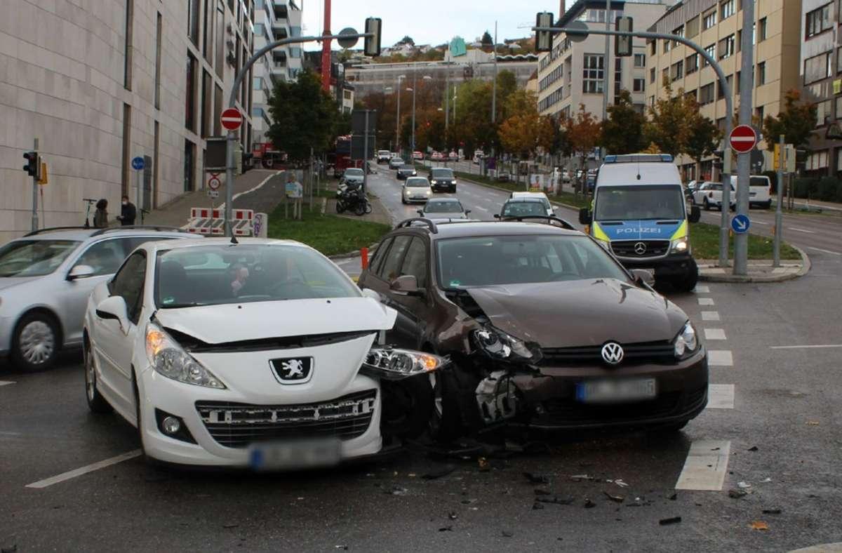 Bei dem Unfall wurden drei Personen leicht verletzt. Foto: SDMG / Schulz