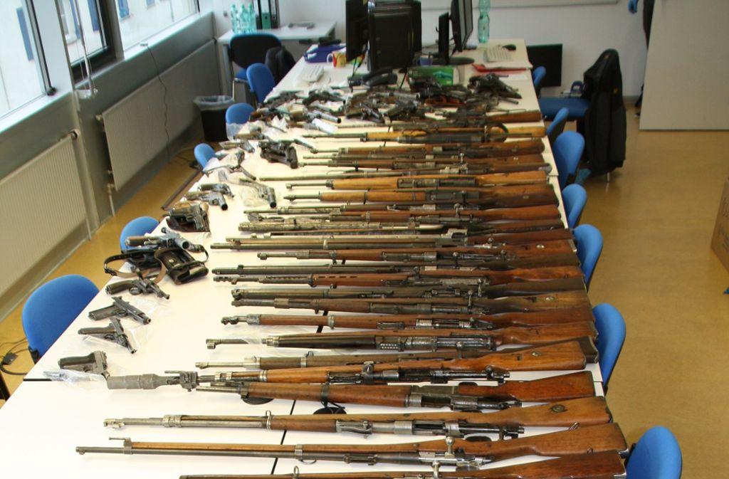 Im Keller des Mannes fanden die Polizisten 240 Feuerwaffen. Foto: Polizei