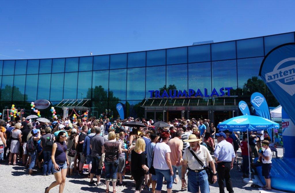 Hunderte Menschen warten bei 30 Grad vor dem Kino. Foto: Otto/LKZ