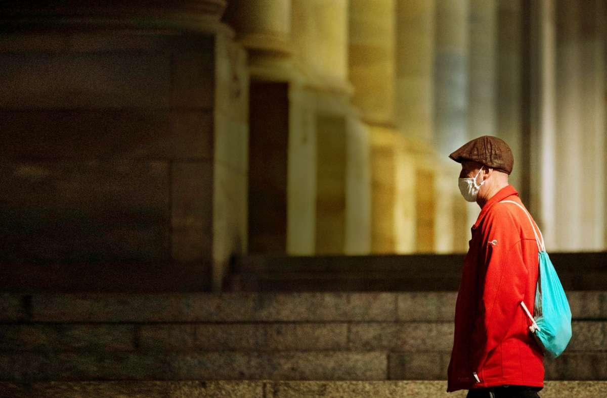 Passant vorm Königsbau: In der Stadt gilt nur noch dort Maskenpflicht, wo der nötige Abstand nicht einzuhalten ist. Foto: dpa/Marijan Murat