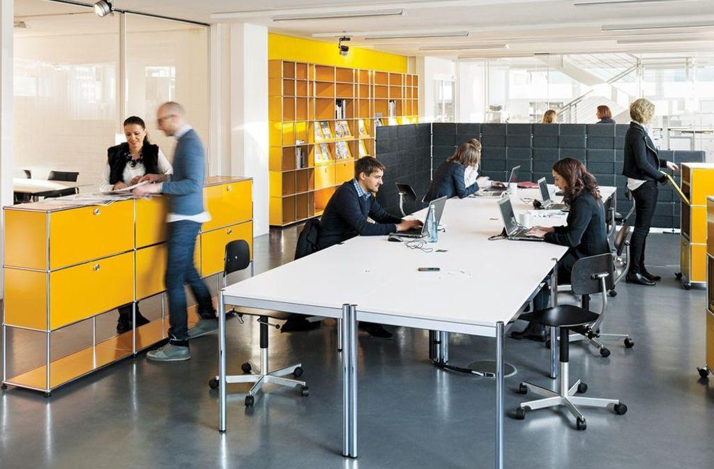 Das Open Space Büro hat das klassische Großraumbüro abgelöst. Hier finden sich nicht nur Schreibtische, denn der große Arbeitsbereich wird in verschiedene Teilbereiche gegliedert. So kann es etwa bestimmte Areale für Meetings, zum Telefonieren oder für Gruppenarbeiten geben. Der Arbeitsplatz wird also täglich entsprechend der Aufgaben mehrmals gewechselt. Foto: USM