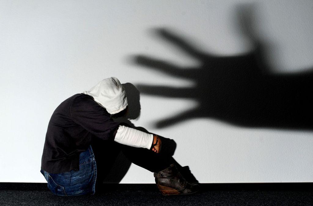 Der Angeklagte soll eines der beiden 13-jährigen Mädchen in seiner Wohnung vergewaltigt haben. (Symbolbild) Foto: dpa/Julian Stratenschulte