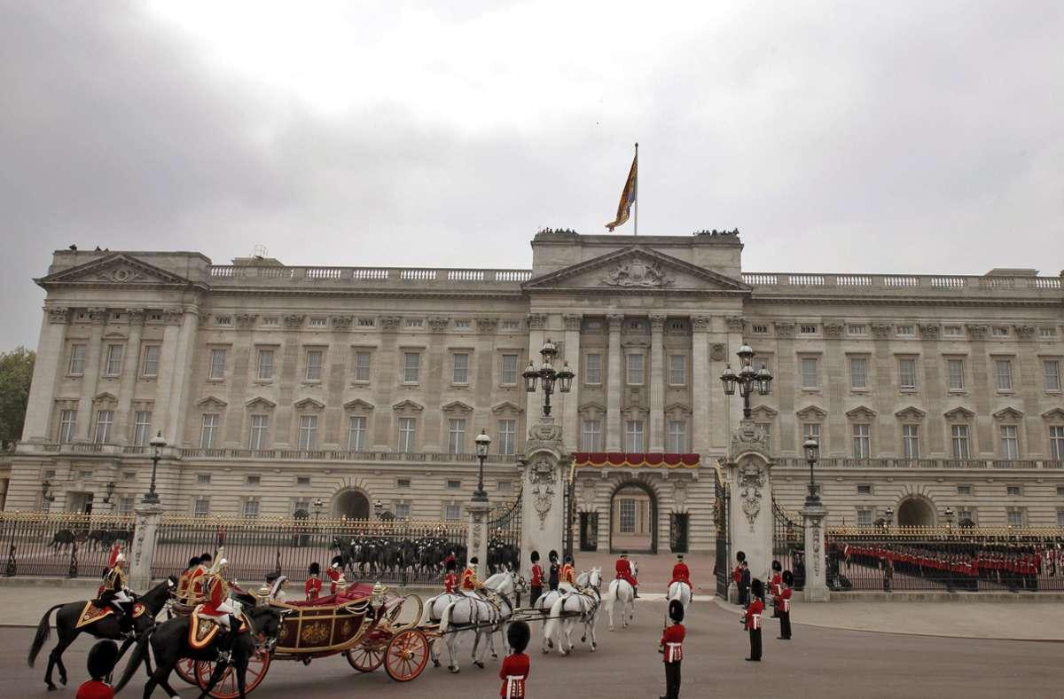 Ein Mitarbeiter des Buckingham-Palasts ist wegen Diebstahls verurteilt worden. (Archivbild) Foto: dpa/Kerim Okten