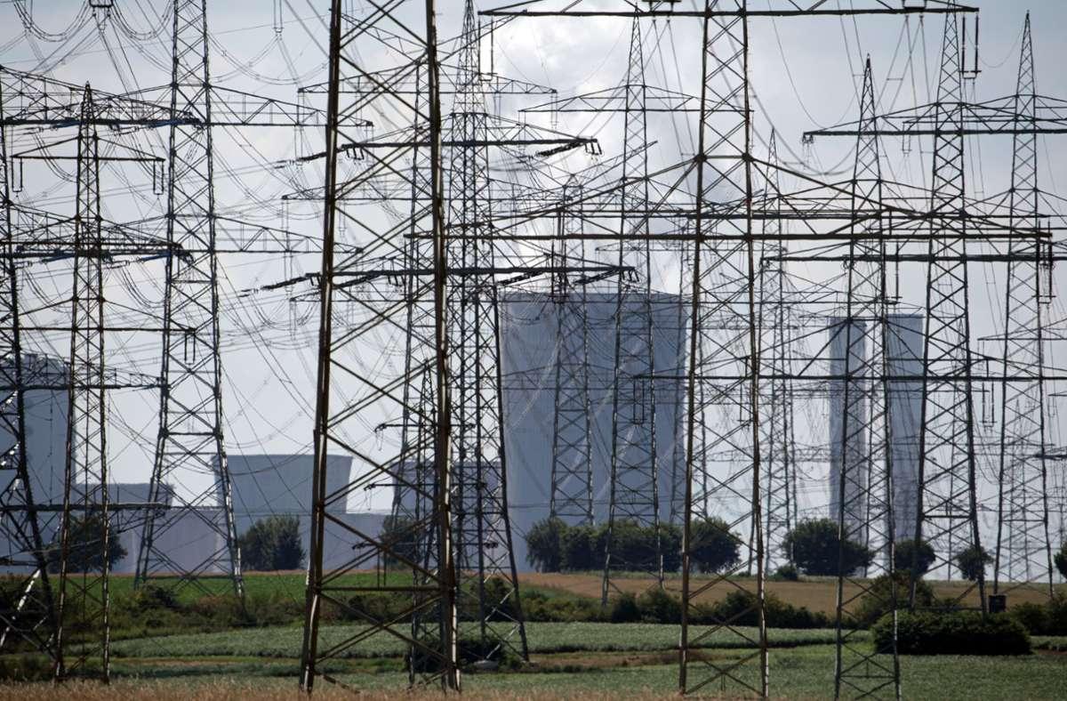 Masten vor dem Braunkohlekraftwerk Niederaußem – laut Kohleausstiegsgesetz, das Bundestag und Bundesrat verabschiedet haben, gehen zuerst Kraftwerke in NRW vom Netz. Foto: dpa/Federico Gambarini