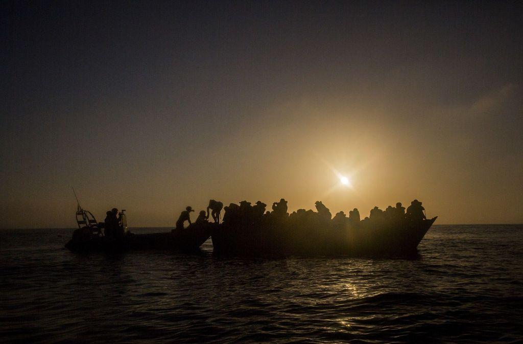 Innerhalb von zwei Tagen retten Helfer fast 2000 Flüchtlinge und Migranten auf dem Mittelmeer vor dem Ertrinken. (Symbolbild) Foto: AP