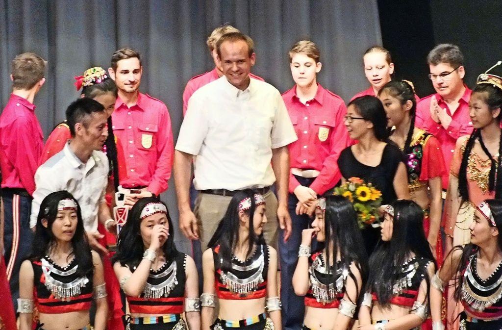 """Die chinesischen Gäste bewundern den """"großen"""" Bürgermeister Thomas Schäfer. Foto: privat"""