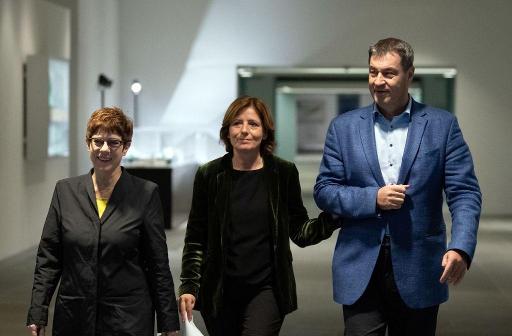 Demonstrative Geschlossenheit (v.l.n.r.): CDU-Chefin Kramp-Karrenbauer, SPD-Vorsitzende Malu Dreyer und Bayerns CSU-Ministerpräsident Markus Söder bei der Vorstellung des Renten-Kompromisses. Foto: dpa