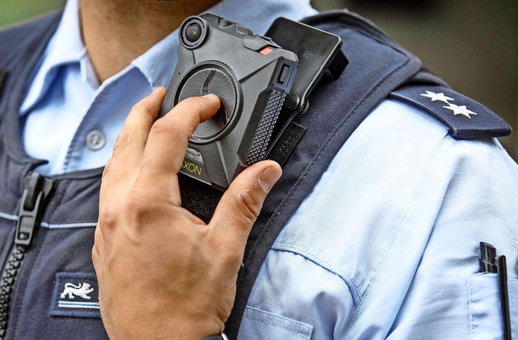 Videos aus Bodycams könnten den tatsächlichen Ablauf des Einsatzes zeigen (Symbolbild). Foto: Gottfried Stoppel