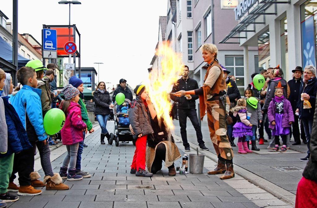 Kinder konnten sich beim Herbstfest der Aktionsgemeinschaft Einkaufsziel Zuffenhausen auf der Unterländer Straße auch als Feuerspucker versuchen. Foto: Martin Braun