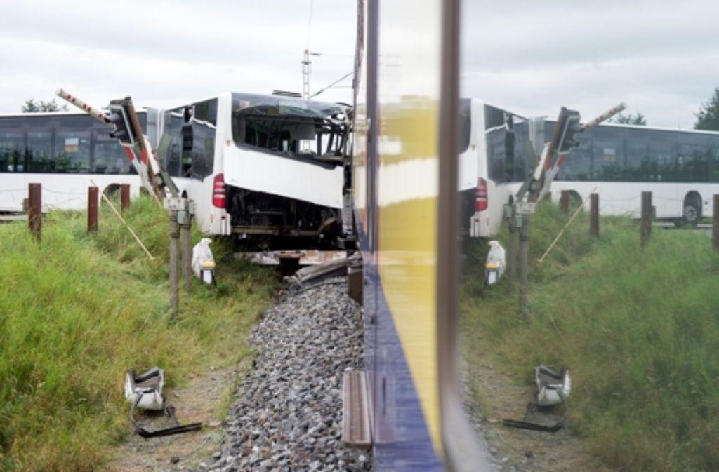 Der Zug hatte den Schulbus bei Buxtehude voll erfasst. Foto: dpa