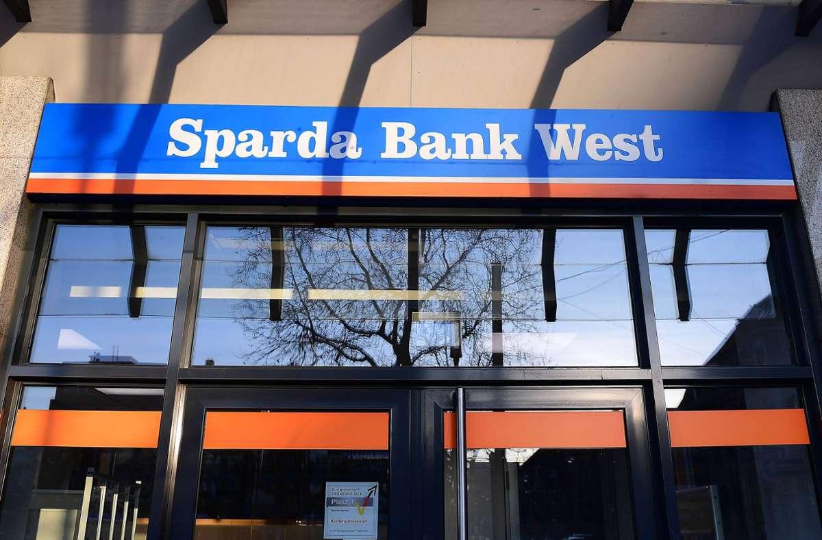 """Die Sparda-Bank West führt oberhalb eines Freibetrags von 25000 Euro  ein """"Verwahrentgelt"""" für Girokonten ein. (Symbolfoto) Foto: imago images/Revierfoto/Revierfoto via www.imago-images.de"""