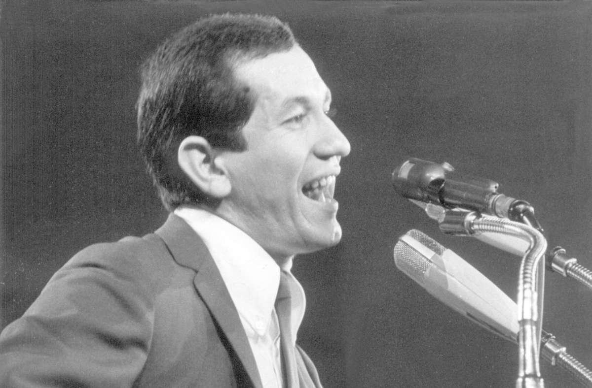 Trini Lopez während eines Auftritts am 16. Februar 1964 in der Berliner Deutschlandhalle. Foto: dpa/picture alliance