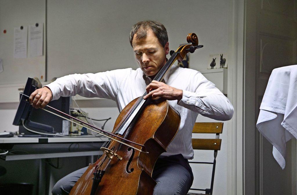 """Schon als Gast bei """"StZ im Gespräch in Esslingen"""" hat Michael Geißler seine Fähigkeiten am Cello demonstriert. Foto: Ines Rudel"""