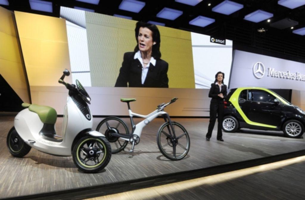 Eine Fahrzeugstudie für einen Elektroroller hatte Smart-Chefin Annette Winkler   vor zwei Jahren auf dem Pariser Autosalon gemeinsam mit  einer Fahrradstudie sowie einem  Kleinwagen mit Elektroantrieb präsentiert. Foto: dpa