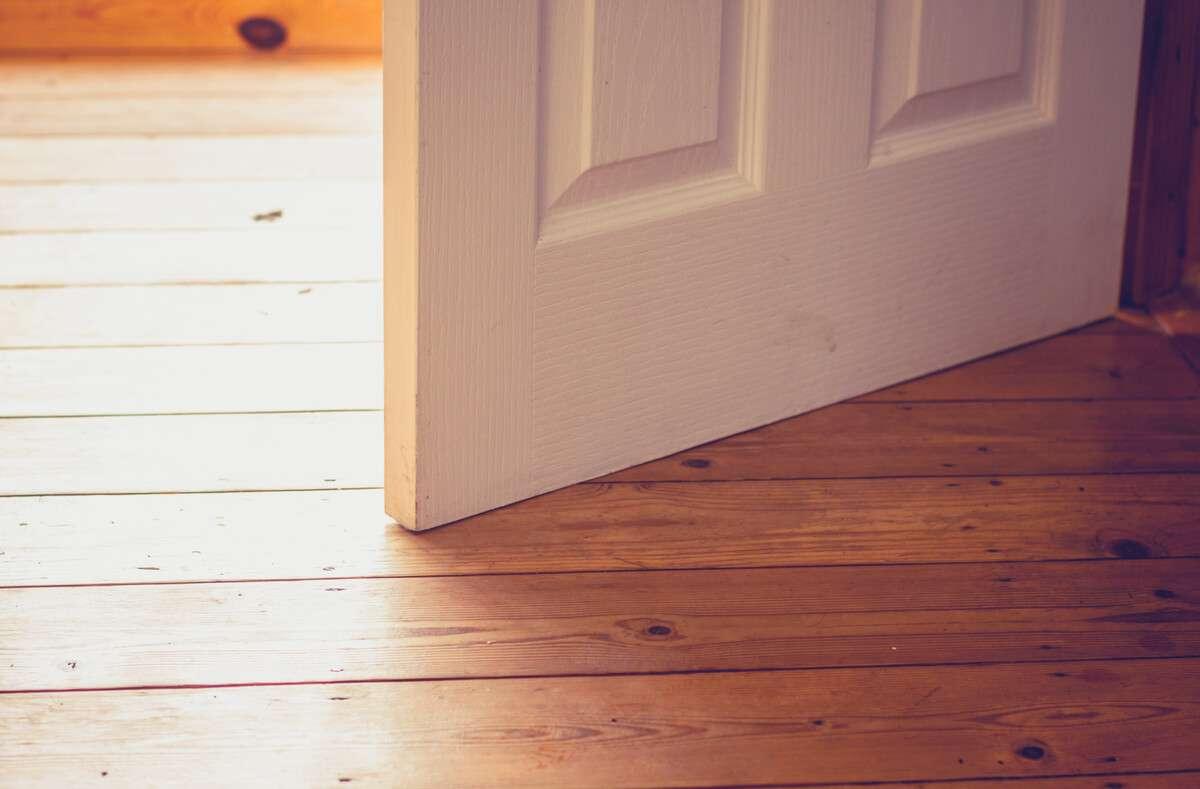 In diesem Ratgeber zeigen wir Ihnen, was Sie tun können, wenn Ihre Tür am Boden schleift. 4 hilfreiche Tipps und Tricks. Foto: Lolostock / Shutterstock.com