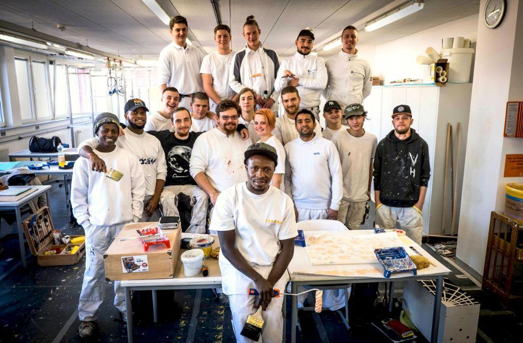 Amadou Fadera (vorn) und seine Azubi-Kollegen in der Schule für Farbe und Gestaltung Foto: Lichtgut/Achim Zweygarth