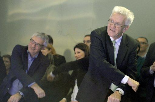 Kretschmann schwingt in der Staatsgalerie Stuttgart das Tanzbein