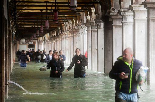 Ristorante überflutet – Pizza-Kellner bedient in Gummistiefeln