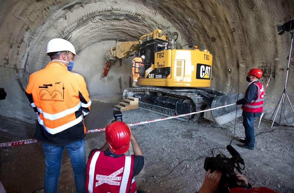 45 von 2200 Metern waren schon absolviert,  dann begannen  die Hauptarbeiten mit dem bergmännischen Vortrieb. Im Bagger saß Tunnelpatin Arina Freitag. Foto: Horst Rudel