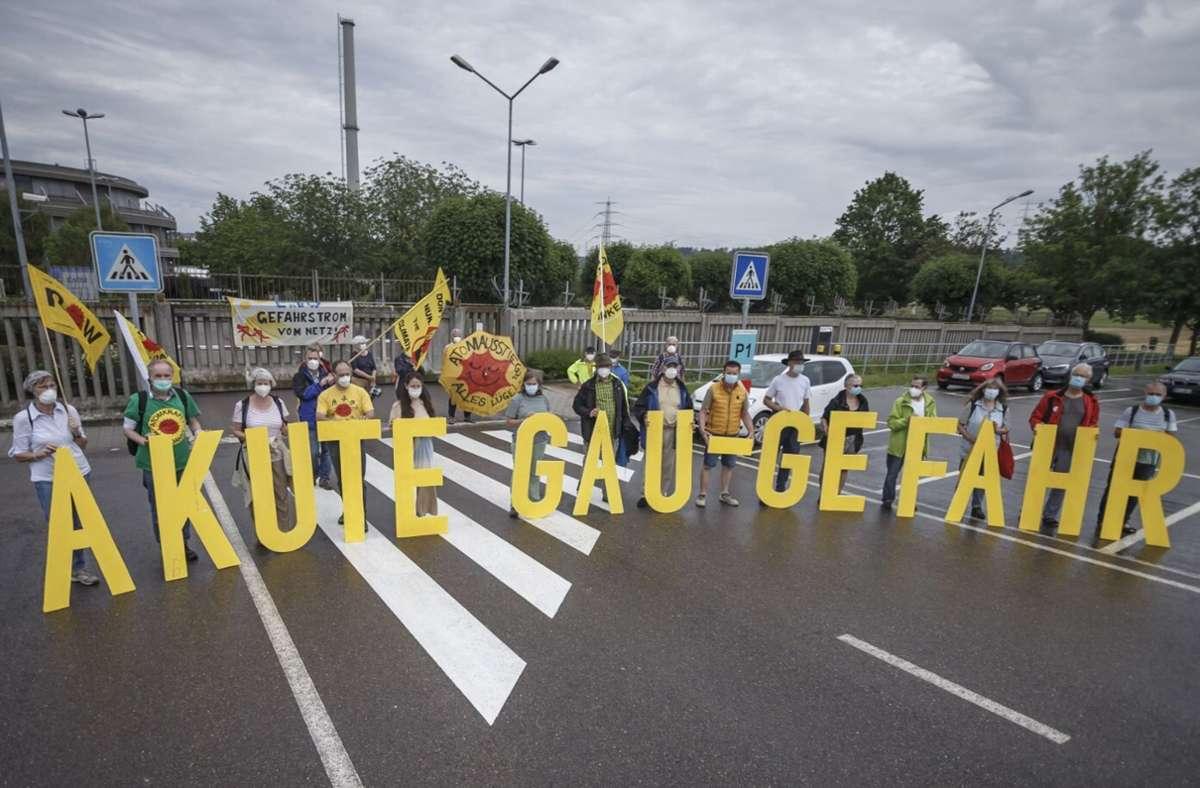 Vor wenigen Tagen haben Atomkraftgegner vor dem AKW in Neckarwestheim demonstriert. Foto: Julian Rettig