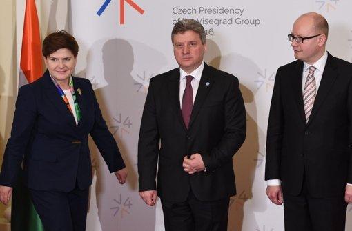 Die polnische Minsterpräsidentin Beata Szydlo (v. li.), der mazedonische Präsident  Gjorge Ivanov der der tschechische Ministerpräsident Bohuslav Sobotka beim Gruppenfoto der Visegrad Gruppe am Montag. Foto: dpa