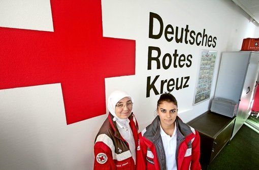 Mit Rot-Kreuz-Uniform und Kopftuch