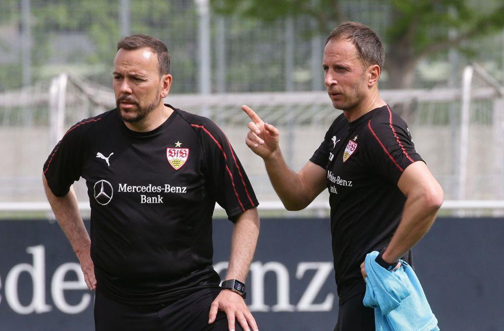 Paco Vaz (li.) neben Tobias Rathgeb: Der Ex-Kickers-Trainer ist der aussichtsreichste Kandidat für das Traineramt beim VfB Stuttgart II. Foto: Baumann