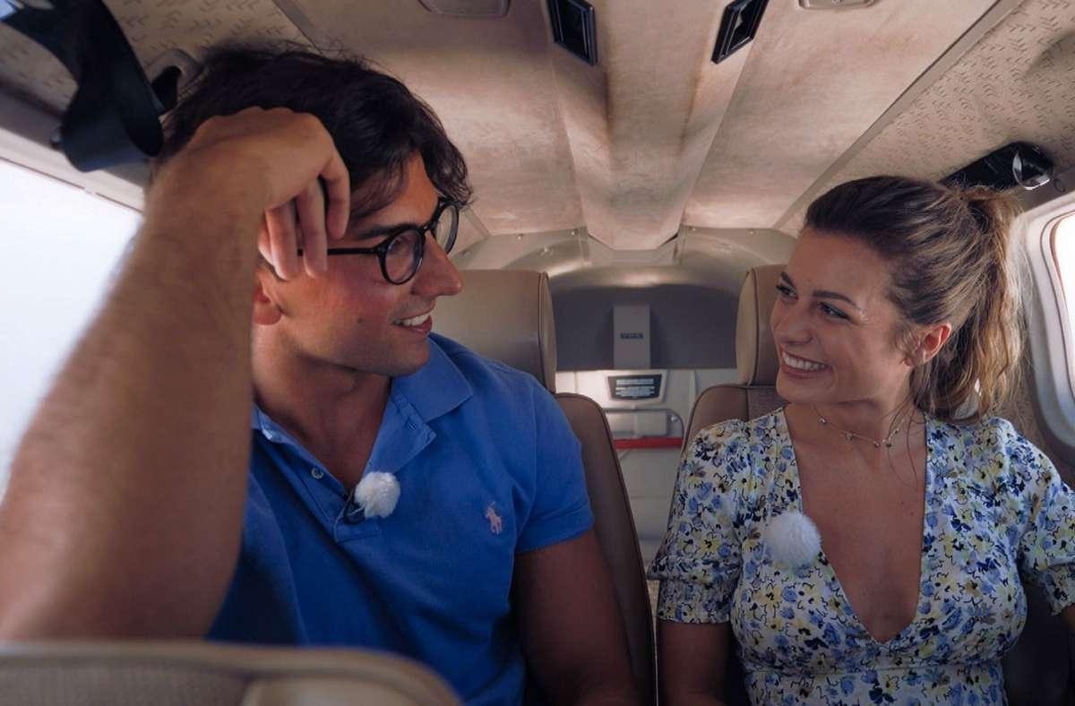 Der erste Kuss der diesjährigen Staffel – beim Einzeldate im Flugzeug kommen sich Maxime und Julian näher. Foto: RTL/TVNOW
